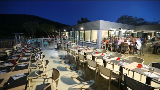 Camping-le-Damier-restaurant-table-nuit-red